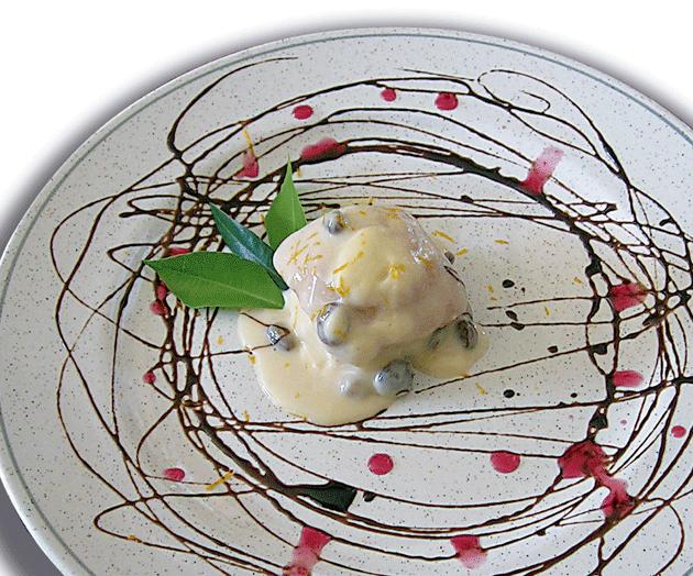Bizcocho de oliva virgen extra con crema de naranja amarga y pasas