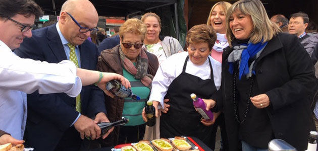 Los aceites tempranos y la gastronomía jiennenses conquistan al público de Hospitalet en la V Fiesta del Primer Aceite