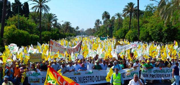 Más de 20.000 agricultores protestan en Sevilla por la crisis de precios del aceite de oliva en origen