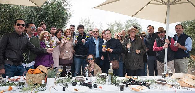 Oleícola Jaén celebró su tradicional desayuno de segundo día de cosecha con Universo Santi como invitado de excepción