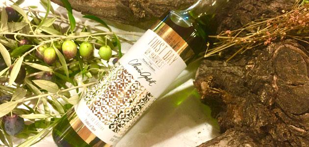 La chef londinense Monica Galleti firma la botella del primer día de cosecha de Picualia
