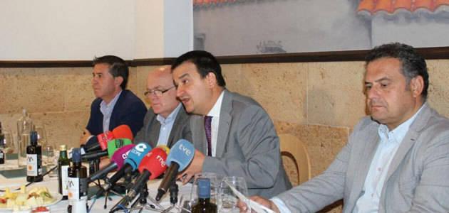 El periodista César Lumbreras, el restaurador Adolfo Muñoz y el futbolista Andrés Iniesta, embajadores de la Dieta Mediterránea