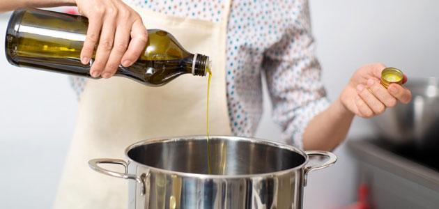 Invertir en promoción y no consumir aceites de oliva, la paradoja de las administraciones públicas en el mercado oleícola